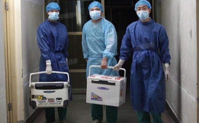 Medici cărând organe pentru transplant la un spital din provincia Henan, China, 16 august 2012