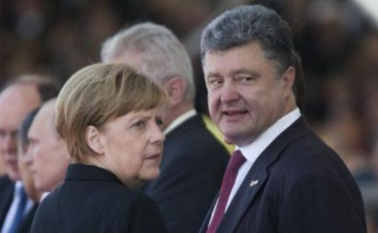 Cancelarul german Angela Merkel (st) şi liderul ucrainean Petro Poroşenko.