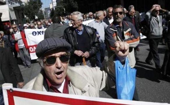 Sute de pensionari greci participă la un protest anti-austeritate în Atena, 1 aprilie 2015.