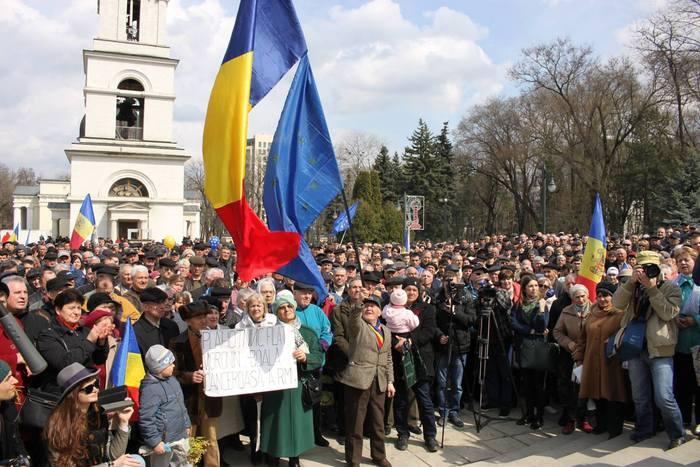 Mii de manifestanţi protestează paşnic în centrul Chişinăului, 5 aprilie 2015