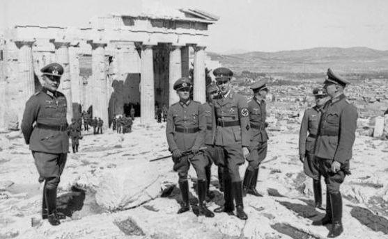 Ofiţeri nazişti inspectează ruinele unui templu antic grecesc în timpul celui de-al Doilea Război Mondial.