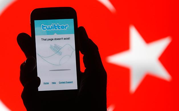 Autorităţile turce au blocat pentru câteva ore  Facebook, Twitter şi YouTube, cerându-le să şteargă pozele cu un  procuror ucis, 6 aprilie 2015.