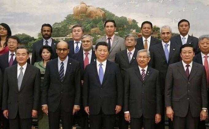 Liderul chinez Xi Jinping (centru) pozează alături de  invitaţii la ceremonia de lansare a AIIB în Marea Sală a Poporului din  Beijing, 24 octombrie 2014.