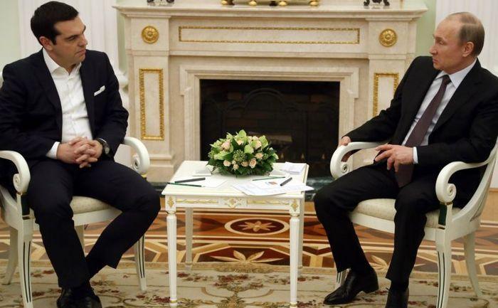 Preşedintele rus Vladimir Putin discută cu premierul grec Alexis Tsipras la Kremlin în 8 aprilie 2015.