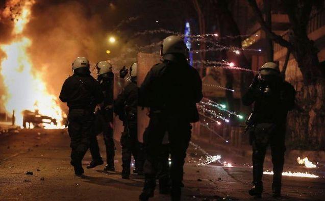 Ciocniri violente între poliţiştii greci şi anarhişti pe străzile Atenei, 7 aprilie 2015.