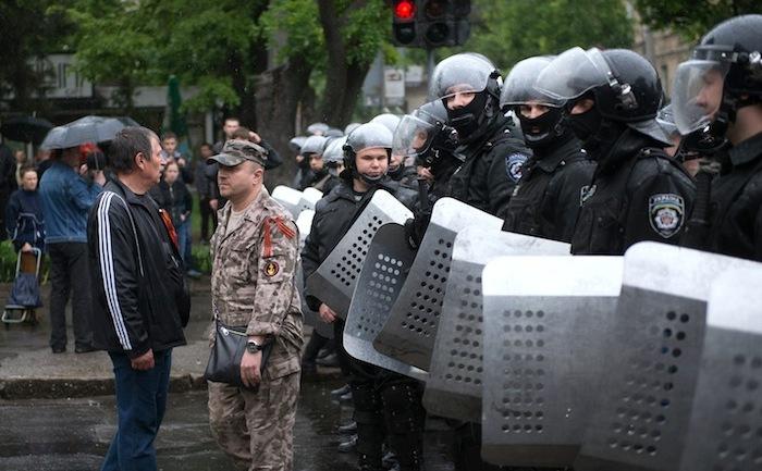Un militant pro-rus stă în faţa unui cordon de poliţişti în Odesa, 4 mai 2014.