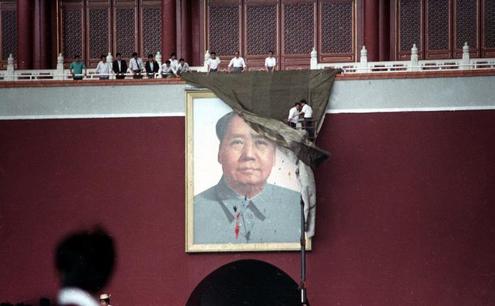 23 mai 1989: E o echipă de  muncitori curăţă portretul vandalizat al lui  Mao Zedong din Piaţa  Tiananmen, după ce manifestanţii au aruncat cu  ouă umplute cu cerneală  în timpul protestelor pro-democraţie.