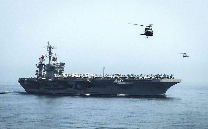 Portavionul american USS Theodore Roosevelt se îndreaptă spre Golful Aden, 13 aprilie 2015.
