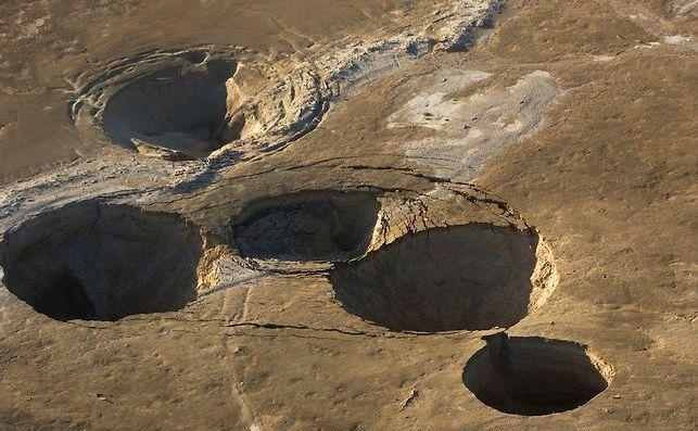Doline formate în zona En Gedi de la Marea Moartă.