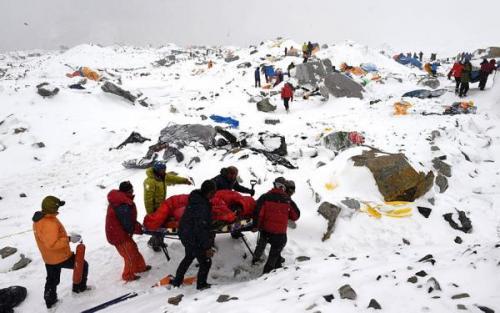 Avalanşă la tabăra de bază de ep Muntele Everest, 25 aprilie 2014. Incidentul a produs peste 17 morţi printre alpinişti