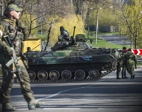 Soldaţi separatişti pro-ruşi stau de pază la un punct de control în Doneţk, 23 aprilie 2015.