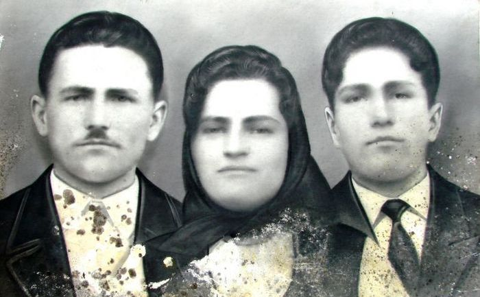 """Petru Jurchescu """"Cocoşilă"""", alături de părinţii săi."""