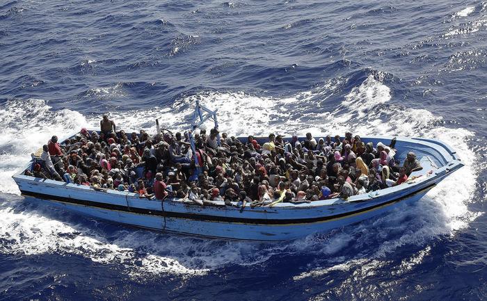 Ambarcaţiune cu imigranţi încearcă să traverseze Mediterana.