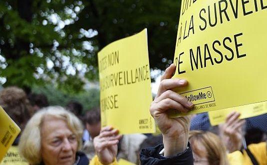Cetăţeni francezi protestează în Paris împotriva unei legi care încalcă dreptul la intimitate, 4 mai 2015.