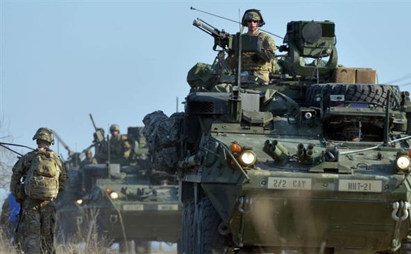 Soldaţi americani călătoresc pe blindate în cadrul unui exerciţiu NATO în localitatea Smârdan, Romania, 24 martie 2015.