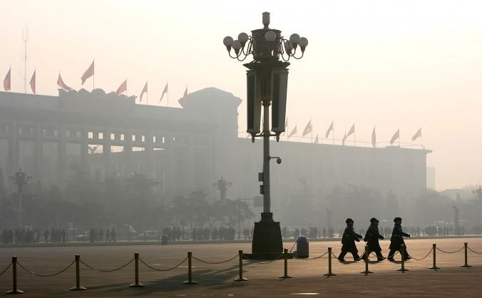 Miliţieni chinezi în infama Piaţă Tiananmen, Beijing