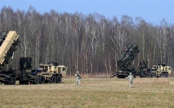 Soldaţi americani păzesc un sistem de apărare  antirachetă Patriot la un poligon de testare din Sochaczew, Polonia, ca  parte a unui exerciţiu comun cu trupele poloneze.