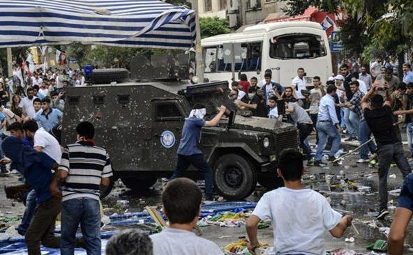 Poliţia turcă se încăierează cu oamenii după ce două explozii au avut loc în timpul unui miting pro-kurd organizat în provincia sud-estică Diyarbakır în 5 iunie 2015.