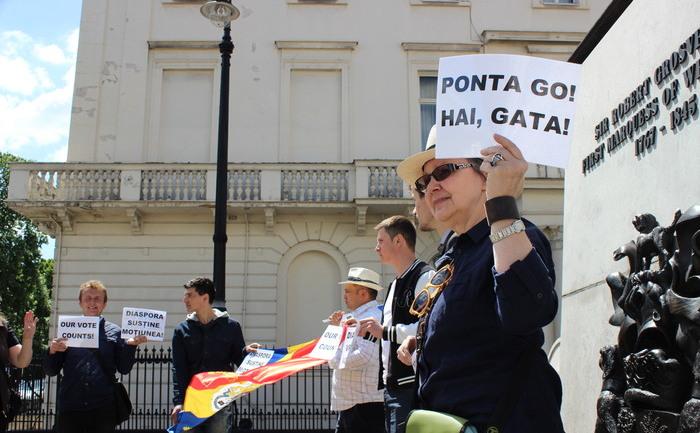 Manifestare de sprijinire a moţiunii de cenzură PNL în Londra, 7 iunie 2015