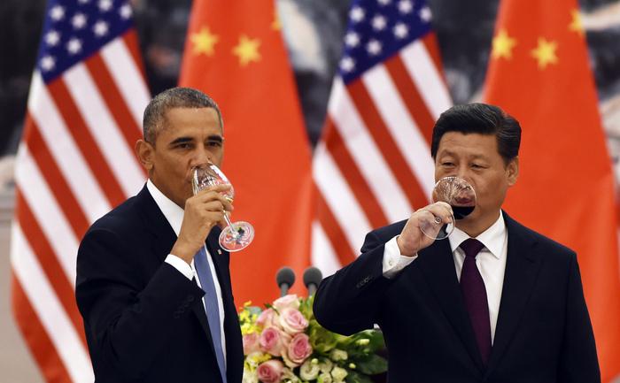 Preşedintele american Barack Obama (st) şi omologul său chinez Xi Jinping.