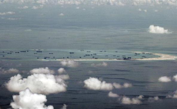 Fotografie aeriană care suprinde activităţile continue de revendicare teritorială ale Chinei asupra recifului Mischief din Insulele Spratly, în Marea Chinei de Sud, 11 mai 2015.