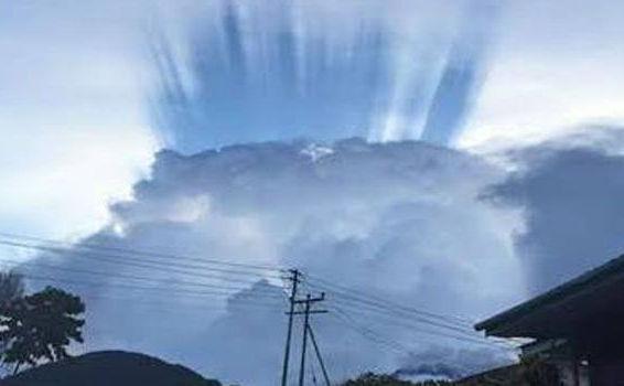 Formaţiune bizară de nori pe Muntele Kinabalu, împreună cu un curcubeu albastru, înspăimântă localnicii