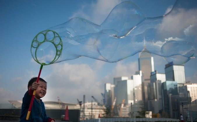 Băieţel cu baloane de săpun în Hong Kong