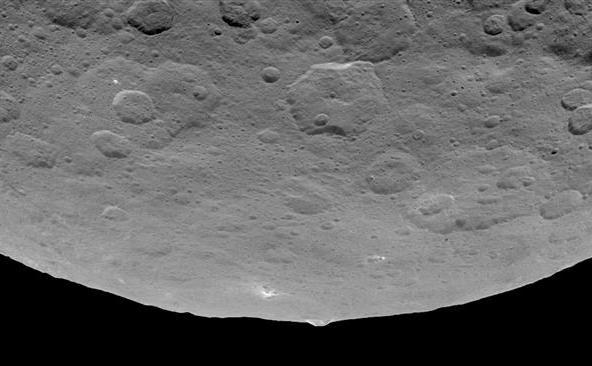 Ceres, având o structură bizară în formă de piramidă şi numeroase puncte luminoase