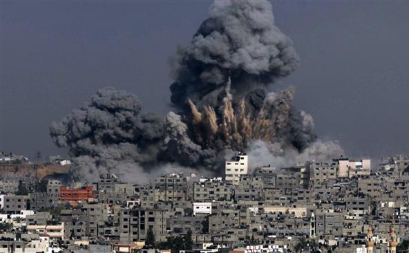 Fum negru se ridică la cer după un atac al armatei israeliene în orasul Gaza în 29 iulie 2014.
