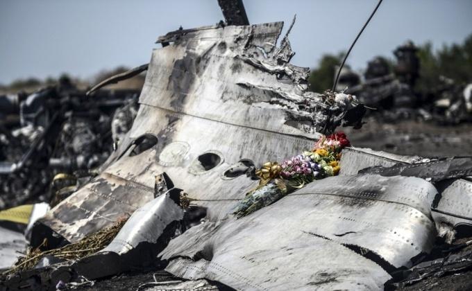 O parte a fuselajului zborului MH17 doborât în 17 iulie 2014 în regiunea Doneţk, estul Ucrainei.