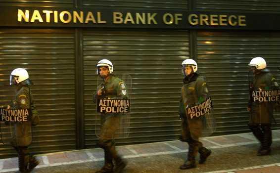 Forţe de ordine stau în faţa Băncii Naţionale a Greciei.