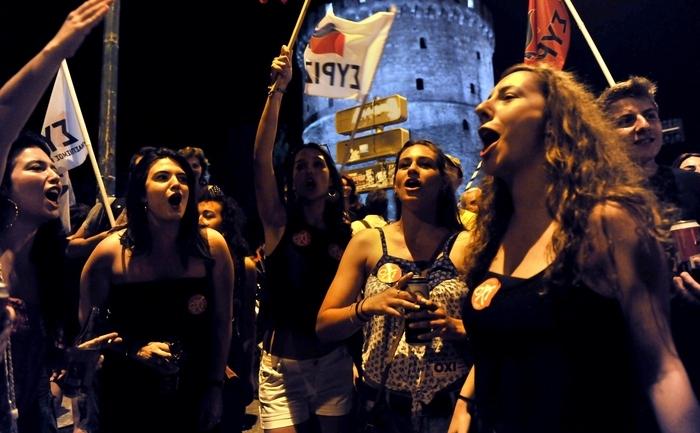 Greci sărbătorind votul anti-austeritate acordat la referendum în Thessaloniki 5 iulie 2015