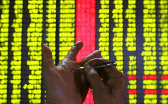 Un investitor scrie date pe palmă la o bursă din Kunming, capitala provinciei chineze sud-vestice Yunnan.