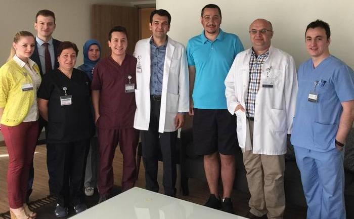 Victor Ponta alături de echipa medicală de la spitalul turc Medipol.