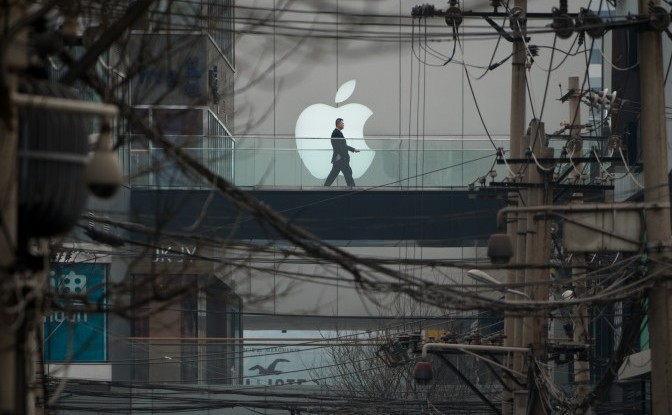 Un logo Apple pe un Mall din Beijing