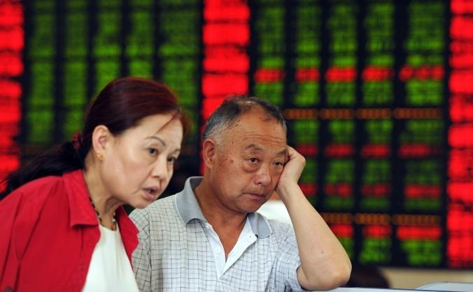 """""""Investitori"""" chinezi urmăresc cu îngrijorare fluctuaţiile bursei chineze"""