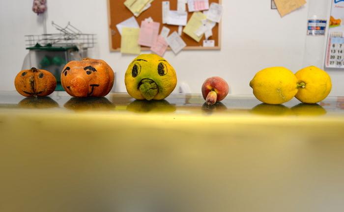 Fructe imperfecte expuse într-un magazin.