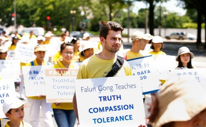 Aderenţi Falun Gong în Washington, 17 iulie 2015, cer aducerea în justiţie a lui Jiang Zemin, dictatorul chinez care a început uciderea în masă a colegilor lor din China
