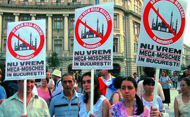 """Protest împotriva construirii """"Mega-Moscheei"""" în Bucureşti. 20 iulie 2015, Piaţa Universitaţii"""