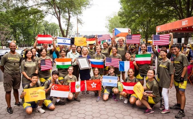 Echipa Ride2Freedom, alcătuită din aderenţi Falun Gong în timpul unui miting din faţa sediului ONU, New York 20 iulie 2015.