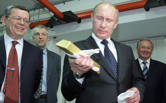 Preşedintele rus Vladimir Putin ţine în mână un lingou de aur.