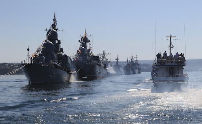Nave de luptă ruseşti participă la repetiţii pentru parada Zilei Marinei în Sevastopol, Crimeea, 24 iulie 2015.