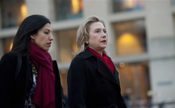 Fostul secretar de stat Hillary Clinton (dr) şi consiliera ei Huma Abedin.