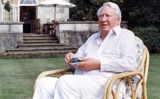 Fostul premier britanic Edward Heath în grădina casei sale din Salisbursy, 1989.
