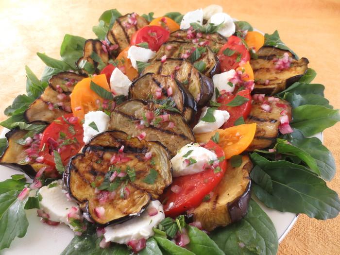 Salată de vinete gratinate cu roşii