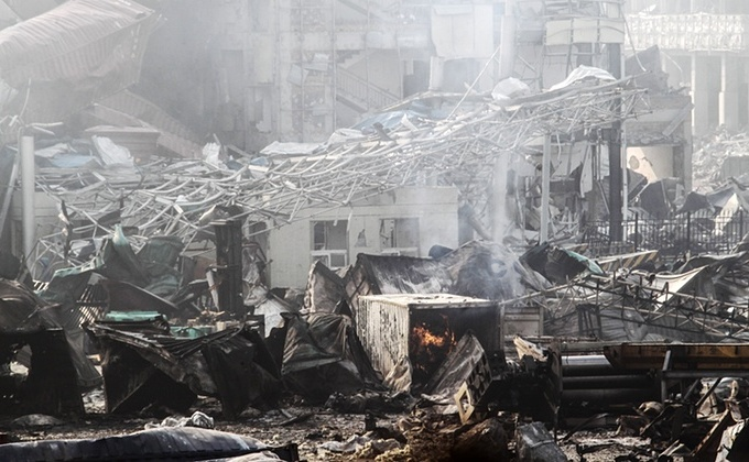 Focul înca arde la depozitul zguduit de explozii din oraşul Tianjin, nordul Chinei.