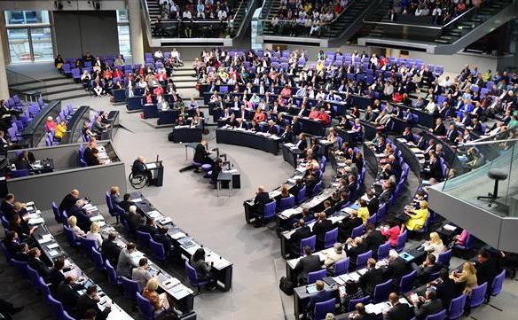 Ministrul german al finanţelor Wolfgang Schaeuble (centru) ţine un discurs înaintea unui vot asupra bailout-ului elen în Camera Inferioară a Parlamentului, în Berlin, 19 august 2015.