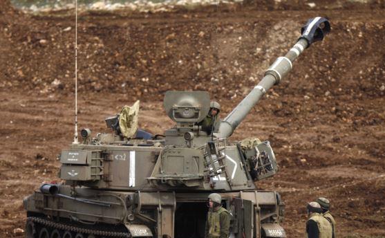 Un tun mobil al armatei israeliene este staţionat în apropiere de graniţa cu Siria în partea israeliană a Înălţimilor Golan, 27 ianuarie 2015.