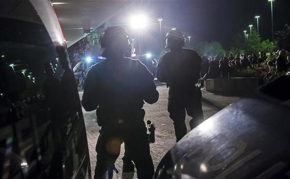 Poliţia germană verifică identităţile oamenilor în apropierea unui centru de refugiaţi din oraşul estic Heidenau, unde a fost impusă o interdicţie temporară asupra adunărilor publice, 28 august 2015.