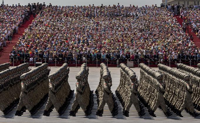 Paradă în Piaţa Tiananmen din Beijing - preşedintele actual al Chinei, Xi Jinping, îşi sărbătoreşte victoria temporară asupra durilor din Partid, în special după câştigarea controlului asupra armatei